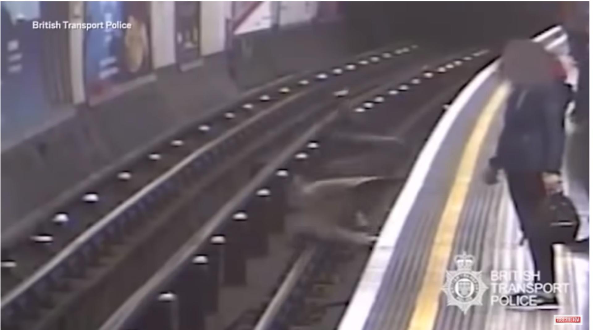 Video: Empuja a anciano a las vías del metro