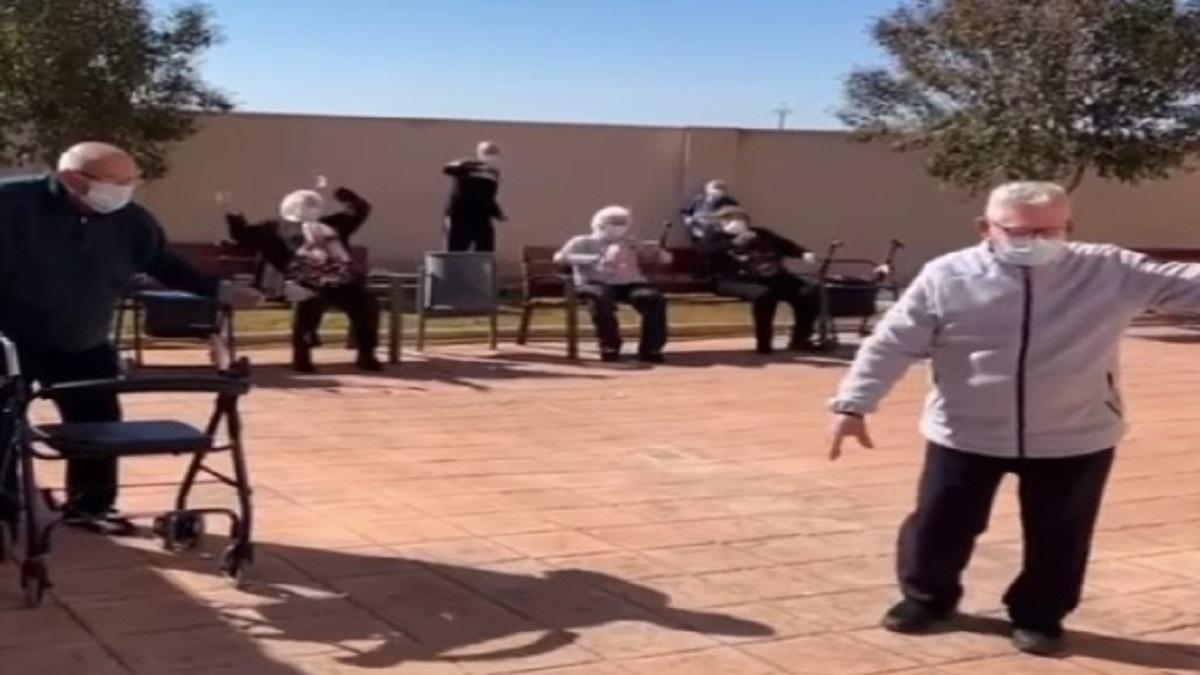 con-baile-adultos-mayores-celebran-vacunacion-contra-covid-en-espana-134156